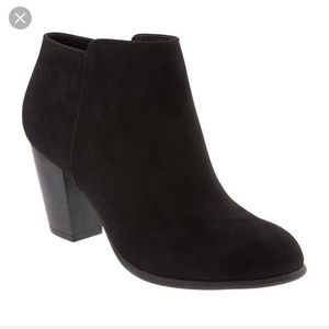 Old navy sueded ankle boot! only a few times used